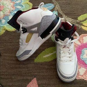 Like New JORDAN spizike shoes in Youth 7